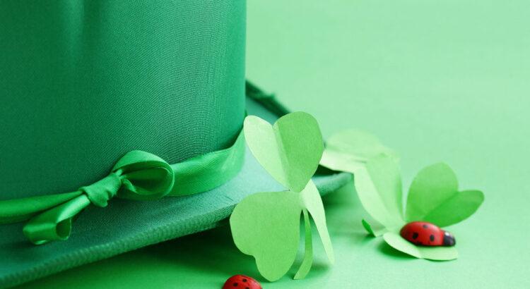 chapéu verde e trevo de quatro folhas