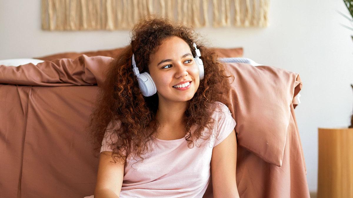 mulher ouvindo música ou podcast no fone