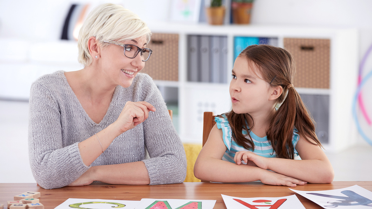 mulher ensinando uma menina-educação bilingue